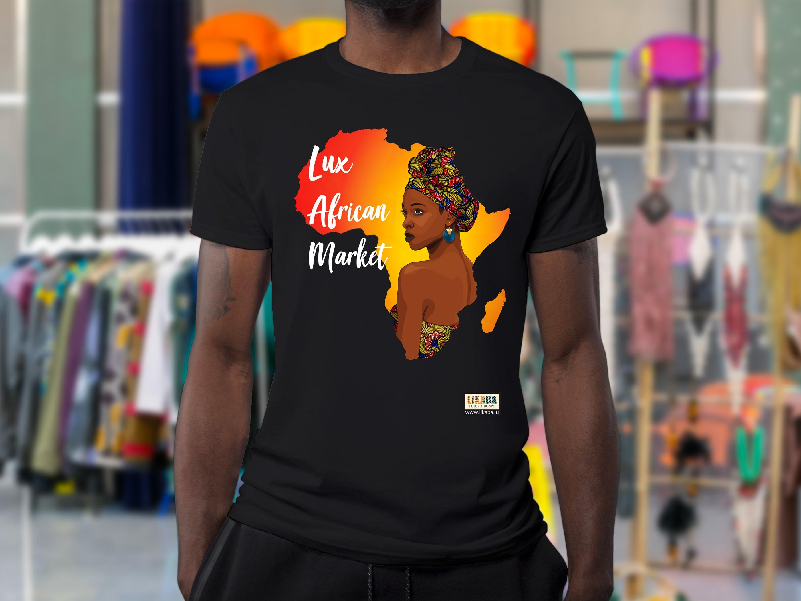 une personne portant un t-shirt noir imprimé à l'effigie du Lux African Market