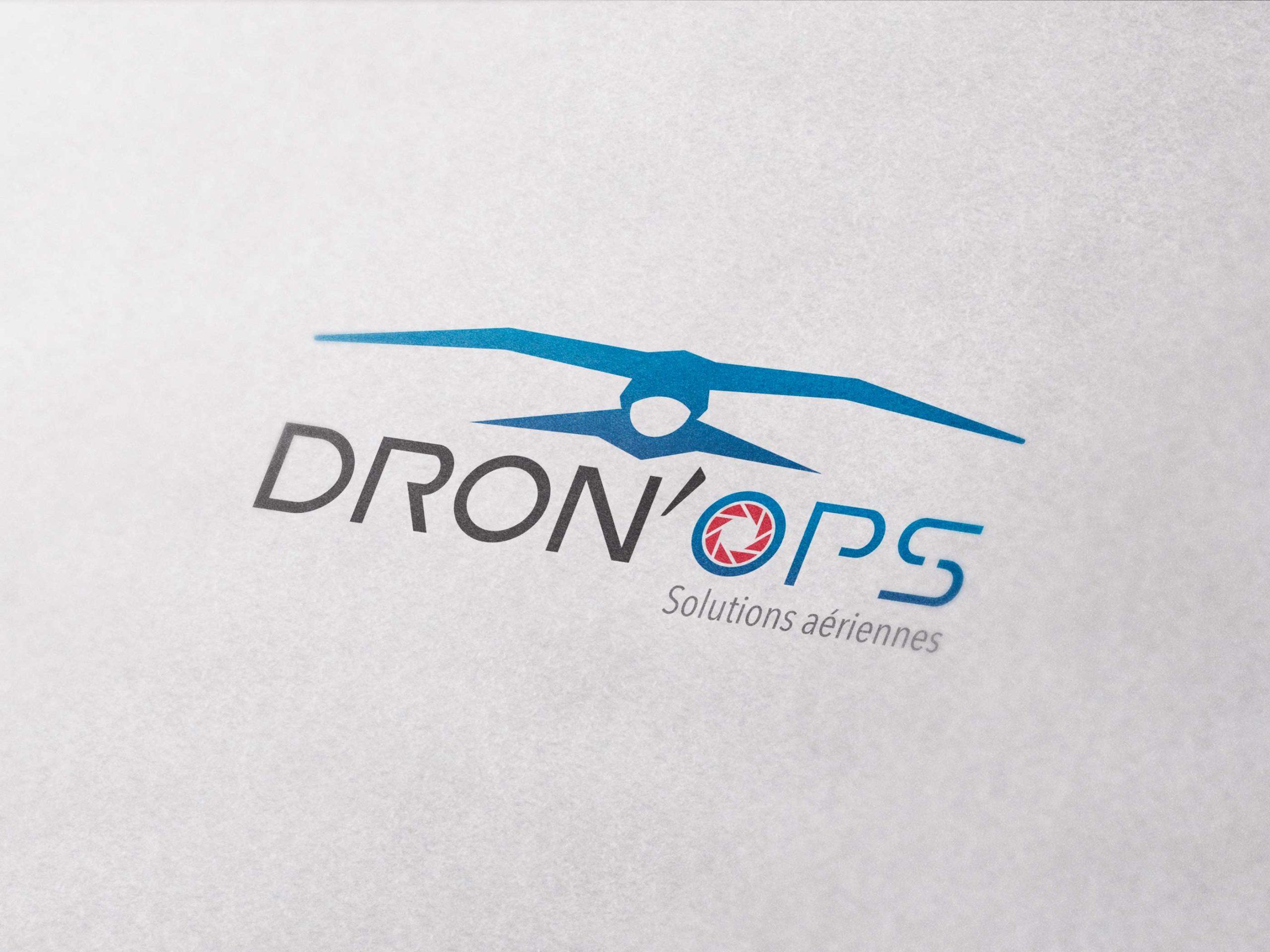 gros plan d'un logo sur une feuille