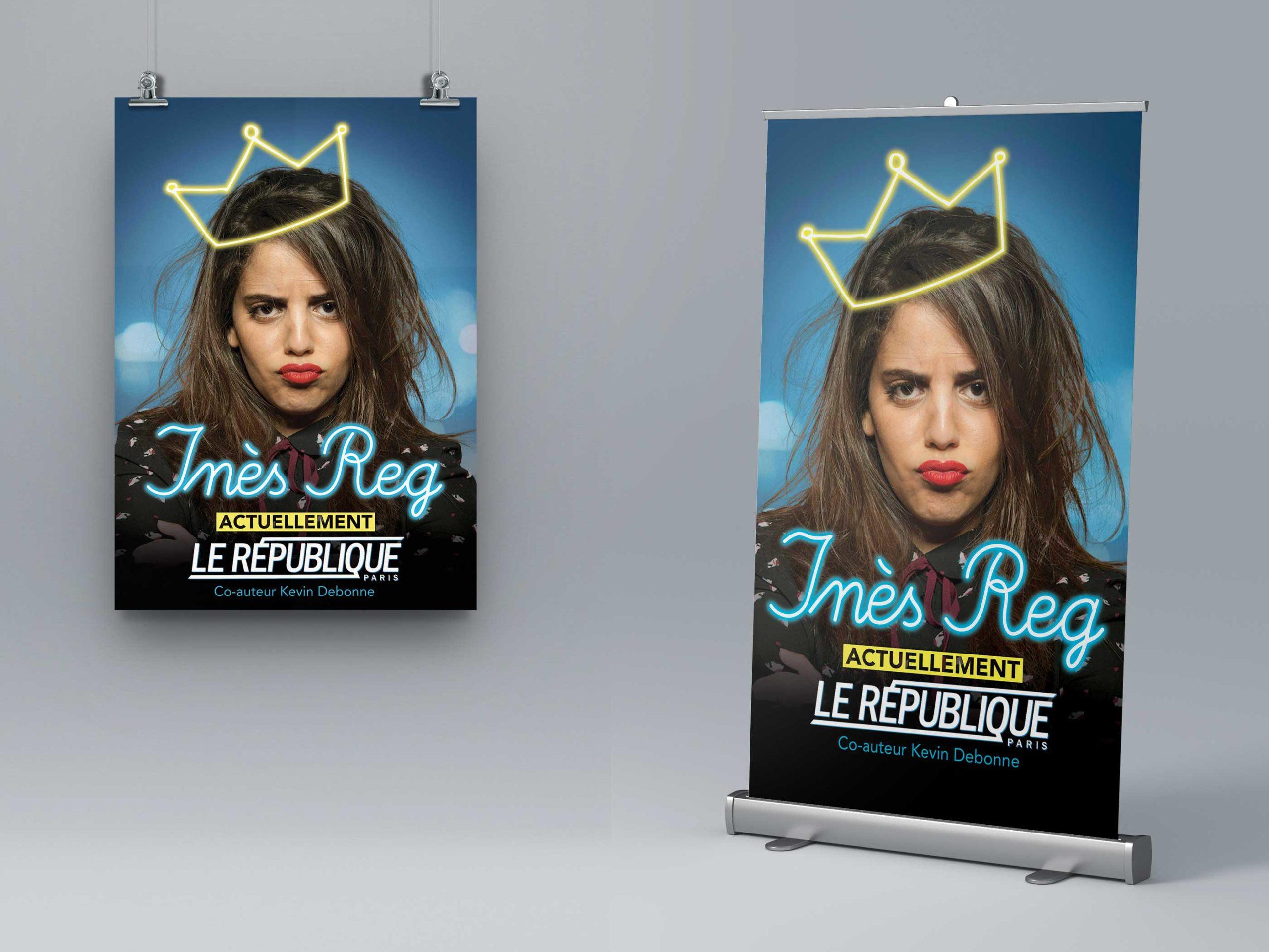 affiches et enrouleurs du spectacle de l'humoriste Inès Reg sur fond gris