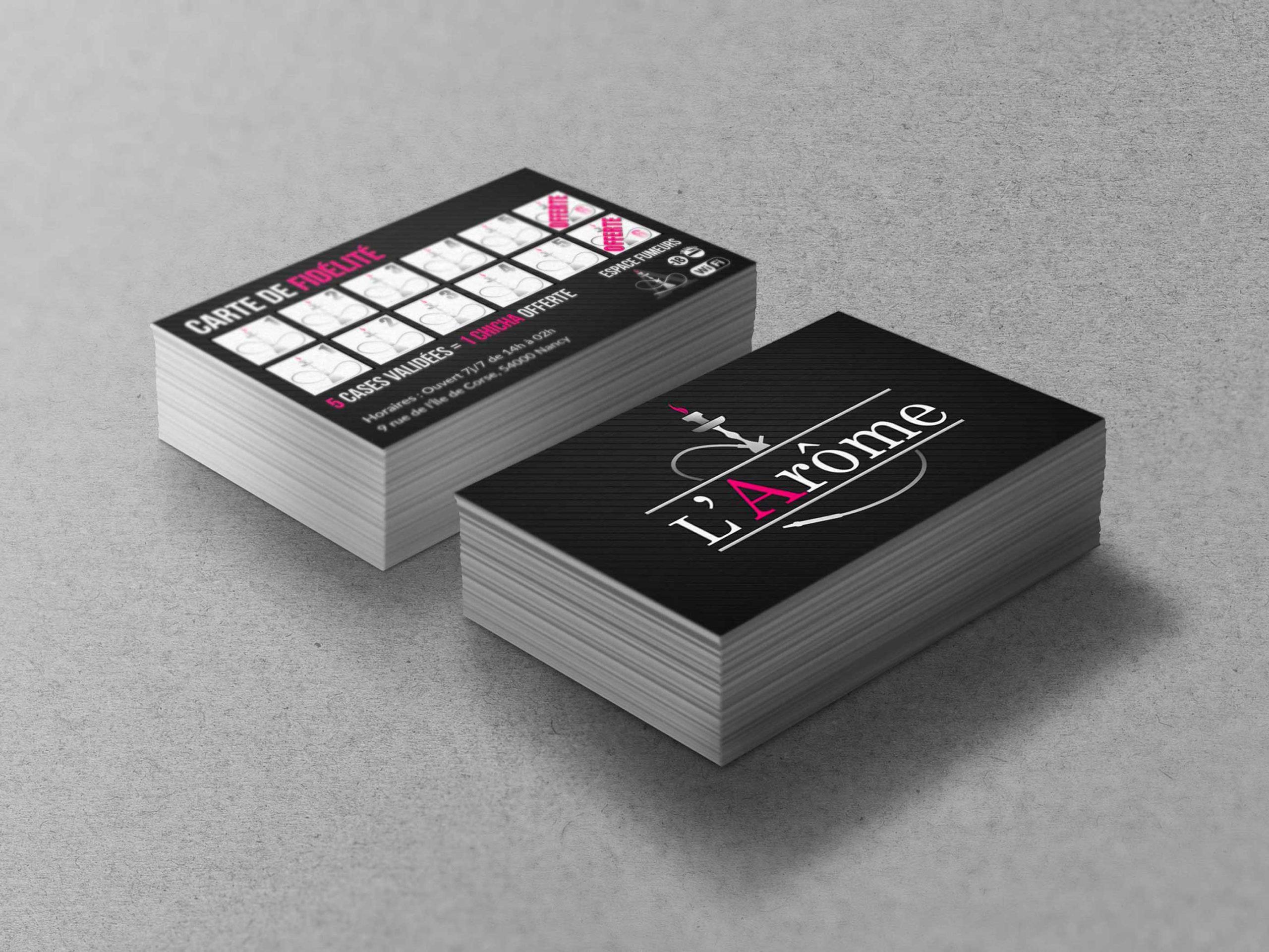 deux tas de cartes de visite posés sur un sol gris claire